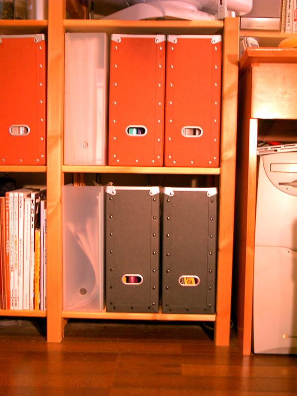 パイン材ラックにスタンドファイルボックスを設置